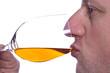 Mann tut Weisswein trinken