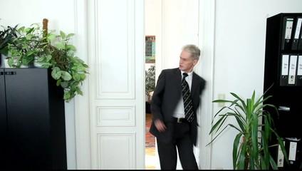 Jemand verläßt Büro und schlägt Türe hinter sich zu