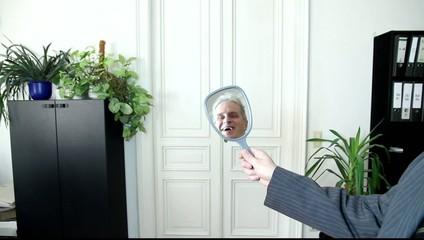 Spiegelbild eines ehrlichen Geschäftsmannes
