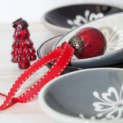 Porzellanschalen mit rotem Christbaumschmuck