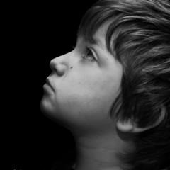 profilo di bambino in bianco e nero