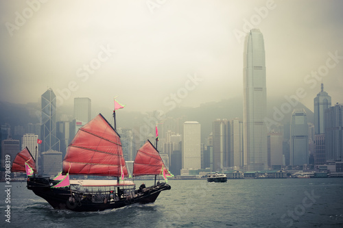 In de dag Stad aan het water chinese style sailboat in Hong Kong
