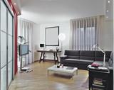 soggiorno moderno con divano grigio e parquet