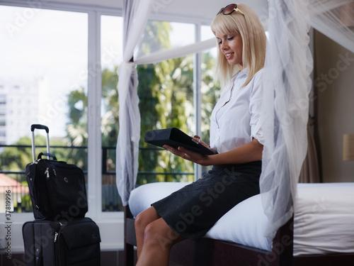 businesswoman wysyłanie wiadomości e-mail na komputer z panelem dotykowym
