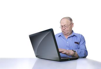 Senior arbeitet am Laptop