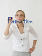 """Femme écrivant """"Formation"""" au tableau"""