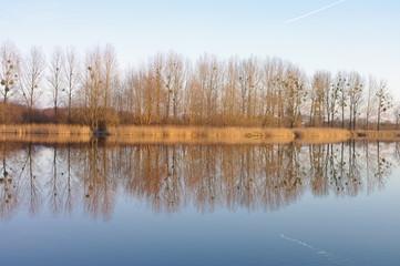 Jezioro późna jesień odbicie