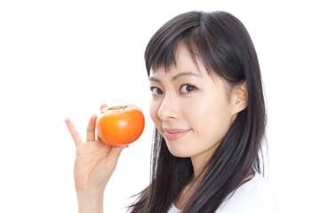 柿を持った女性