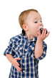 Kleiner Junge isst Negerkuss