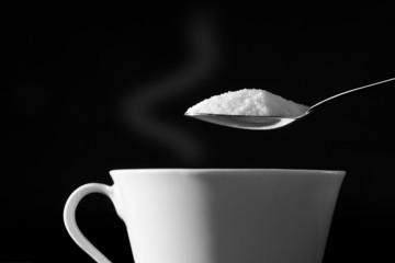 Zucker in den Kaffee