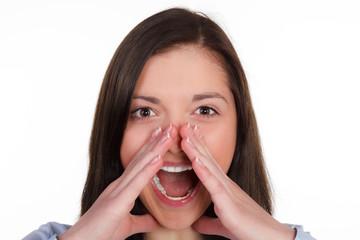 junge frau hält beim schreien die hände am mund