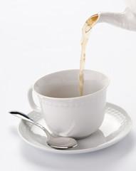Tè caldo versato nella tazza
