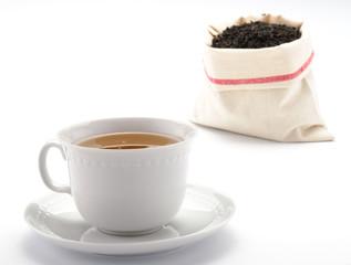 Tè nella tazza e sacchetto di tè in foglie