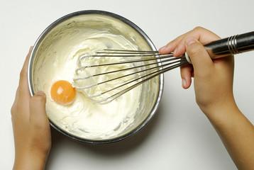 やわらかくしたバターに卵黄を入れる