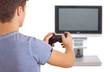 Mann spielt Videospiel