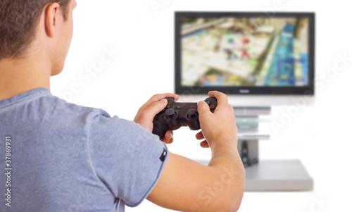 junger Erwachsener spielt Computerspiel
