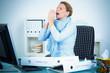 brünette frau mit erkältung im büro