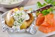Leinwanddruck Bild - Ofenkartoffel mit Kräuterquark und Lachs
