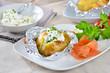 Heisse Ofenkartoffel mit Kräuterquark und Räucherlachs