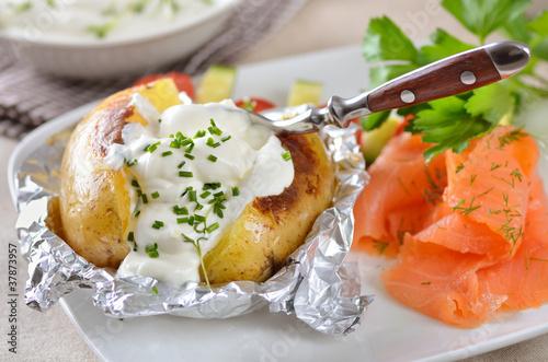 Leinwanddruck Bild Ofenkartoffel mit Kräuterquark und Lachs