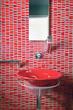 lavabo rosso in un bagno moderno