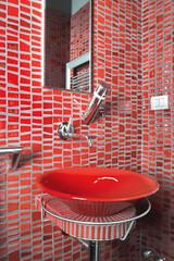 lavabo rosso n un bagno moderno