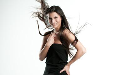Haare von asiatischer Schönheit fliegen im Wind