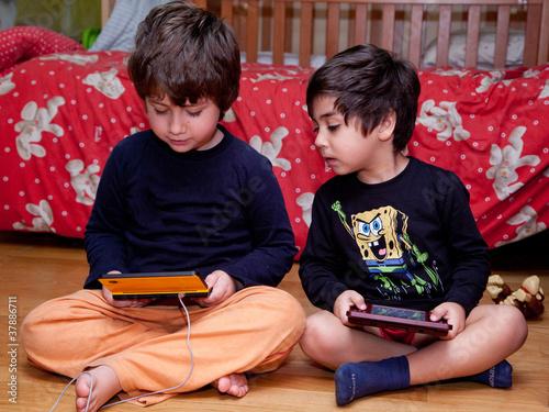 bambin che giocano con i videogiochi