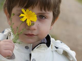 bambino che regala un fiore