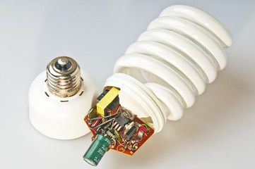 Energiesparlampe geöffnet mit Elektronik