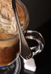 Kawa z bitą śmietaną w szklance