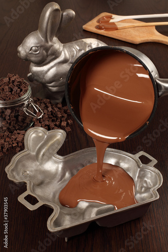 Making chocolate Easter bunny