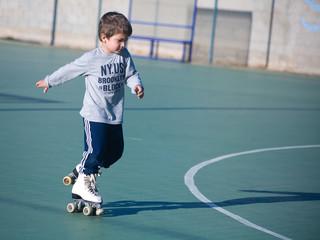 bambino con i pattini a rotelle