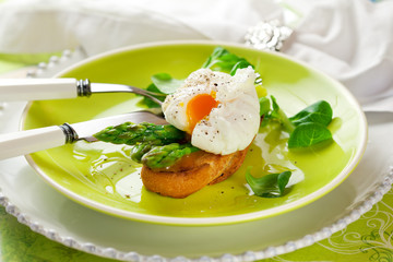 Poached egg and green asparagus