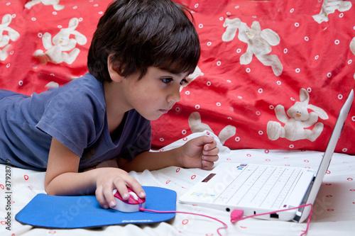 bambino che usa il computer