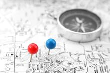 Szpilki i kompas na czarno-białe mapy