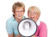 senioren schreien ins megafon