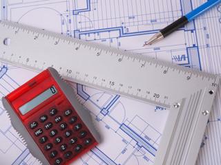 Plan de construction avec règle, crayon et calculatrice
