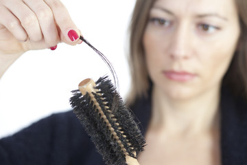 Frau bemerkt Haarausfall