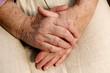 gefaltene Hände einer Seniorin