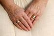 Hände einer Seniorin