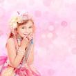 Kleine Prinzessin in Blumen und Perlen Pink