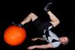 Athlet beim Fitnesstraining mit dem Pezziball