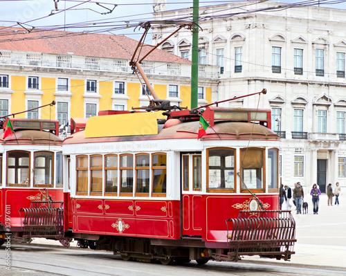czerwony tramwaj z Lizbony, w Portugalii