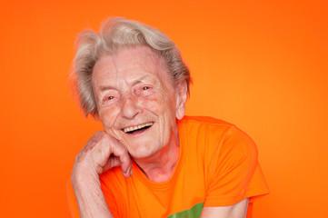 93-jährige Großmutter in T-Shirt, lachend