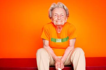 93-jährige Großmutter in T-Shirt mit freier Fläche für Schrift