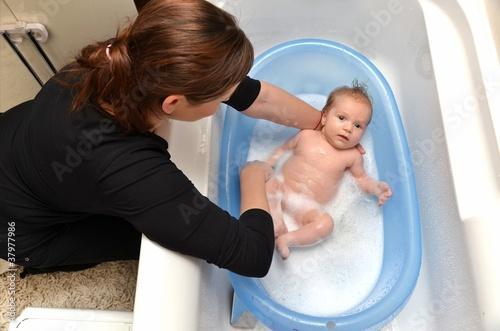 baignoire b b nouveau n dans une baignoire bleue par la. Black Bedroom Furniture Sets. Home Design Ideas