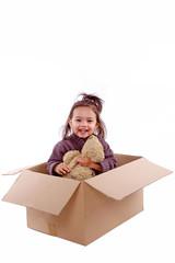 enfant dans carton de déménagement