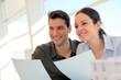 Jeune couple signant un contrat