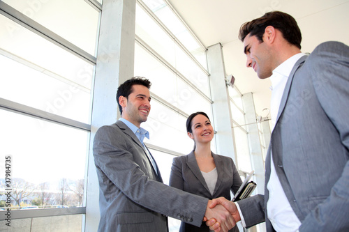 Hommes d'affaires se donnant une poignée de main